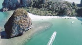 calcário : Beautiful aerial drone footage of boat near beautiful Railay Beach in Thailand