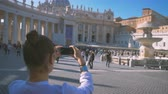vaticano : girl does a photo on the central square of the Vatican Piazza San Pietro Vídeos
