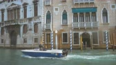 arcada : the boat floats through the Grand Canal in Venice Vídeos