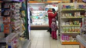 uygunluk : people choose foods on the shelves in the store