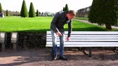 среда : a young man in the park went to the bench and sat down on it to rest