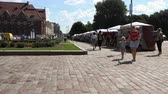 булыжник : Russia, Vyborg, July 15, 2018 tourists walking along the Central market