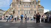 salvado : Russia, St. Petersburg, September 02, 2018 tourists near the Savior on Spilled Blood Cathedral. Fast shot Archivo de Video