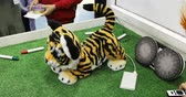 пантеры : Robot toy in the form of small tiger is playing with children.