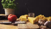 fromage rapé : Shredded cheese with fresh basil and italian spaghetti on wooden kitchen table