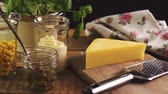 ケーパー : Cheese on chopping board and grater with fresh basil on wooden kitchen table