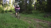 Man riding a mountain bike in the forest. Stok Video