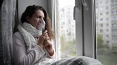 alergia : Sick girl makes inhalation with a mask on his face