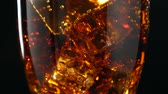 polvilha : Cola with ice rotation. Large glass of cold coke with ice cubes close-up. Vídeos
