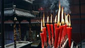 постоянный : Candles at taoist shrine burning slowly