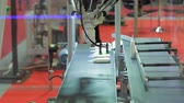 robotický : Robot arm sorting out steel components from a conveyor belt
