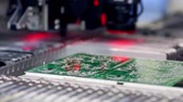 Surface Mount Technology Maschine platziert Elemente auf Leiterplatten Stock Footage