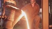 zinco : Workers on steel plant operates with molten metal. Stock Footage