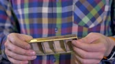 nyomtatás : 3d-printed gold bar in male hands.