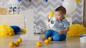 sala de exposição : A toddler plays with a number 3 plastic prop. Stock Footage