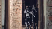 kuvvet : Two swat soldiers explore an abandoned building. Stok Video