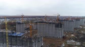 działka : A line of identical apartment houses during construction. Wideo