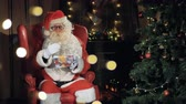 azevinho : Santa claus cheerfully invites, waving hands, greeting. Stock Footage