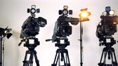 kayıtlar : Three professional video cameras on tripods. Stok Video