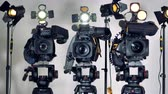 ajustável : Several video cameras installed on heavy tripod heads. Vídeos