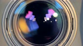 захват : A macro view on a camera lens changing focus.