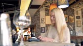 čtenář : A woman comes to the cafe register to pay for her order. Dostupné videozáznamy