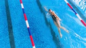 olympijský : Sportsman in a swimming pool swims away. Top view.