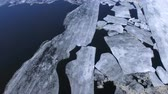 ezmek : Large ice slabs floating in the middle of the river.