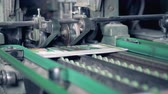 clipe de papel : Conveyor carrying numerous freshly printed newspapers, magazines. 4K.