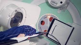 doente : Modern medicine concept. Patient lying on a table while a linear accelerator is treating him