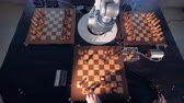 szachy : Robot playing chess with a man. Wideo