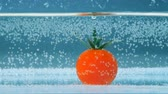 ketçap : Single tomato is falling into a tank half-full with water Stok Video