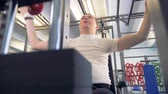 укрепление : Disabled man tries to do the best for his health in a gym. Стоковые видеозаписи