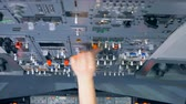 alavanca : An airman switches many levers on a dashboard.