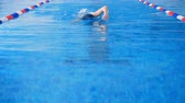 участник : Female swimmer participate in a swimming competition in a pool. 4K.