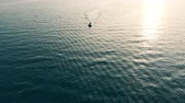 regaty : Top view of a speedboat floating through the open water. Sea at sunset. Wideo