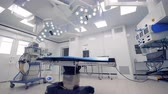 срочный : Medical equipment in an empty surgical room