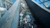 plástico : Conveyor belt filled with trash is moving upwards. Environmental pollution concept.