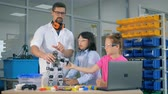 escola : School science teacher study robotics technolgies with smart pupils.