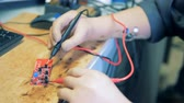técnico : A process of voltage measuring, close up.
