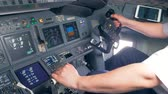 рукоятка : Aircraft handling process held by a professional pilot in a airplane cockpit Стоковые видеозаписи