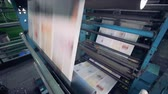 encadernado : Newspaper moving on a printing conveyor, close up.