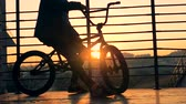 spor ayakkabısı : A rider on a BMX bike, close up.
