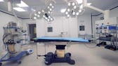 funcionamento : Large fully-equipped operating room with no one inside