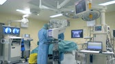 robô : Innovative medicine concept. One surgeon uses modern microscope and surgical robot during a surgery at a clinic.