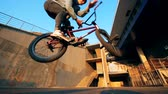 cyklista : Tricks on a BMX bike, slow motion.