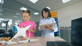 学者 : School kids in a laboratory. Children using special equipment to fix a drone.