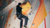 alpinista : Man holds rocks on a climbing wall, clsoe up. Vídeos
