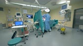 espaçoso : Wide angle view of an operating unit with a surgery being carried out in it Vídeos
