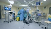 espaçoso : General view of a fully-equipped modern medical room with a surgery held in it